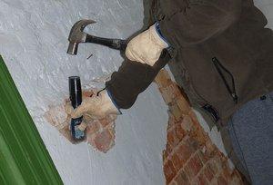 Простукивание облицовки штукатурки стен